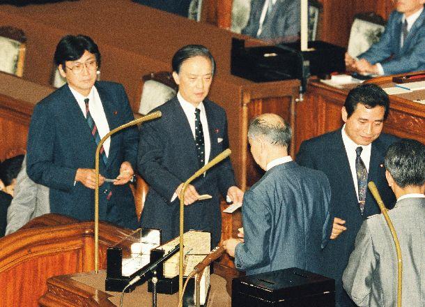 写真・図版 : 羽田内閣の後継を選ぶ首相指名選挙の決選投票で投票する海部俊樹元首相(左から2人目)=1994年6月29日