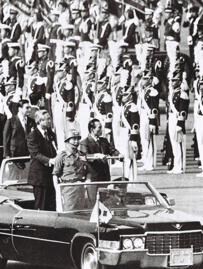写真・図版 : オープンカーで閲兵する朴正熙・韓国大統領=1977年12月19日、ソウル