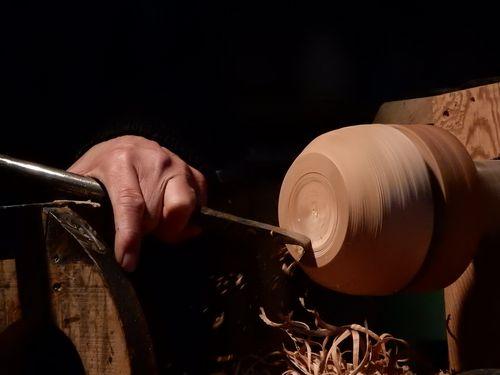 写真・図版 : 東近江市は、ろくろ使ってお椀やお盆などの木工品を加工・製造する木地師の発祥の地と言われる