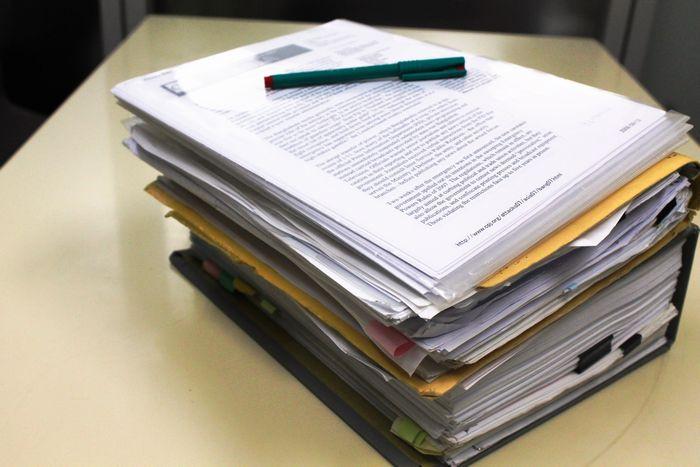 写真・図版 : カビールさんの難民申請のために準備した書類の束。(提供:認定NPO法人難民支援協会)