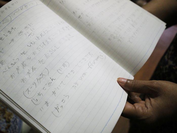 写真・図版 : ジョフラさんが毎日少しずつ練習を重ねてきた日本語ノート