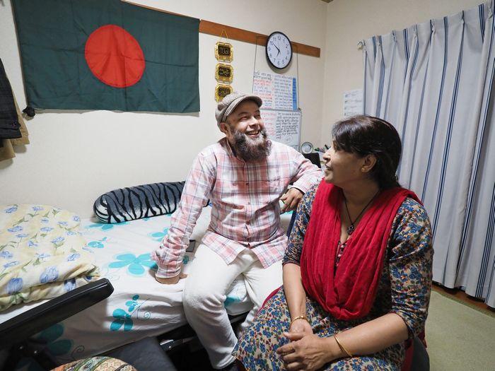 写真・図版 : 自室の壁には、バングラデシュの国旗が大きく掲げられていた。「国旗は日本と似ているのにね」、と