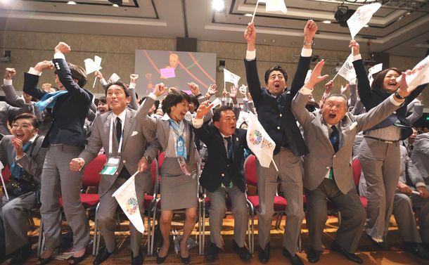 写真・図版 : 2020年東京五輪の開催が決まり喜ぶ安倍首相(右から3人目)ら=2013年9月7日、ブエノスアイレス
