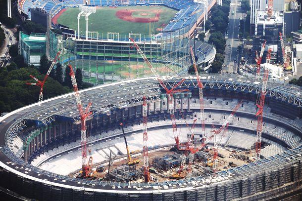写真・図版 : 東京五輪にむけて建設が進む新国立競技場=2018年7月18日
