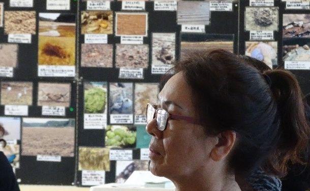 写真・図版 : 写真展「大浦湾の生きものたち」の会場で講演を聞く人たち=2018年12月16日、沖縄県名護市