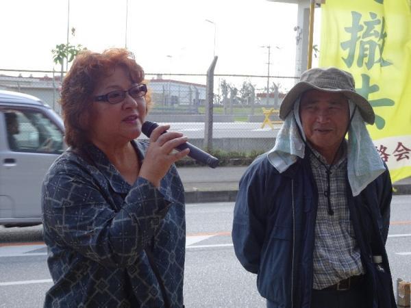写真・図版 : 土砂投入強行に抗議する故翁長知事の妻の樹子さん(左)右は沖縄平和運動センターの山城博治議長=12月14日、キャンプ・シュワブ・ゲート前