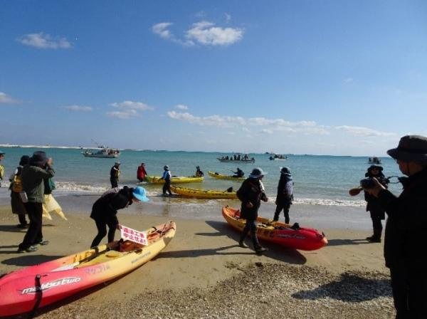 写真・図版 : 土砂投入に対して抗議に繰り出すカヌー隊=12月14日、辺野古松田の浜