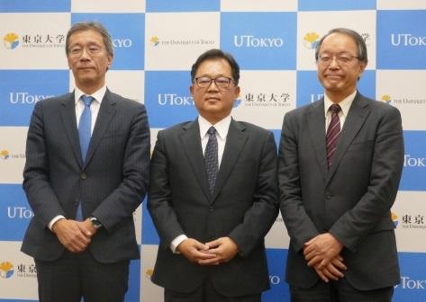 写真・図版 : 12月5日に記者会見した東京大学エクステンション株式会社の関係者。中央が堀本勝敬代表取締役社長。左が取締役の藤井輝夫大学執行役・副学長、右が筆者=東大提供