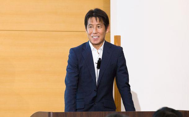 写真・図版 : 講演する前サッカー日本代表監督の西野朗さん=2018年11月7日、東京都千代田区