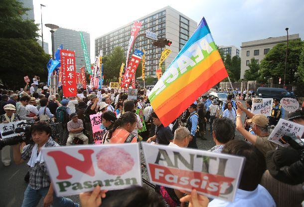 集団的自衛権の行使容認の閣議決定に首相官邸前で反対する人たち=2014年7月1日、東京・永田町