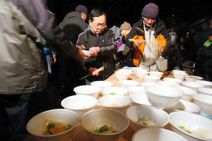 写真・図版 : 派遣村では年越しそばが振る舞われた=2008年12月31日、東京・日比谷公園