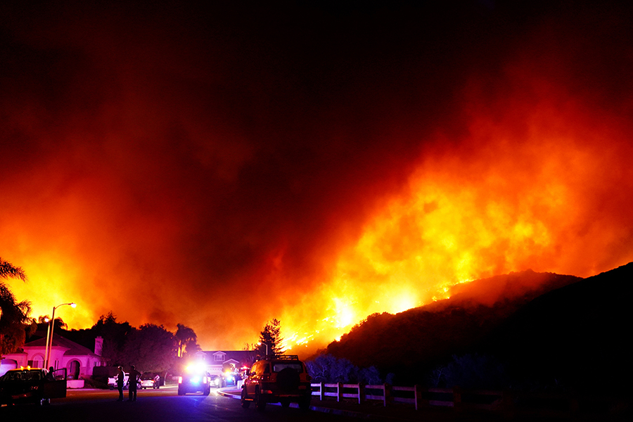 写真・図版 : 住宅街のすぐ近くで発生した山火事=2018年11月9日、米カリフォルニア州シミバレー、竹花徹朗撮影