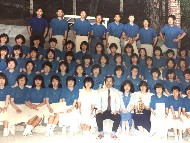 写真・図版 : 高校1年の時、クラスが合唱大会で優勝したので記念撮影(筆者提供)