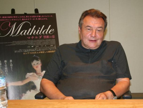 写真・図版 : インタビューに答える『マチルダ 禁断の恋』のウチーチェリ監督=2018年7月 撮影・筆者
