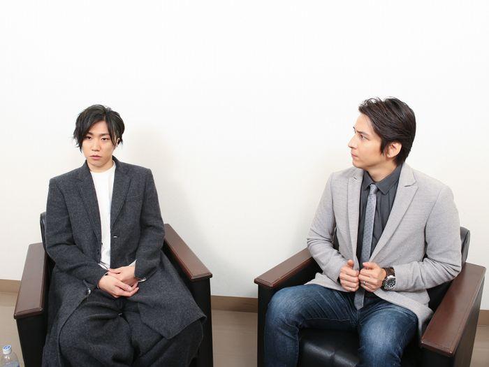 写真・図版 : 早乙女太一(左)と伊礼彼方=宮川舞子撮影