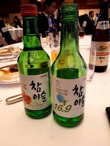 写真・図版 : 日本のパーティーで見かけた韓国焼酎「チャミスル」。左はグレープフルーツ味。