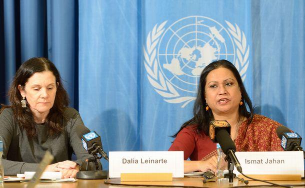 写真・図版 : ジュネーブの国連欧州本部で、女性差別撤廃委員会の対日本勧告について記者会見するジャハン委員ら(右)=2016年3月7日