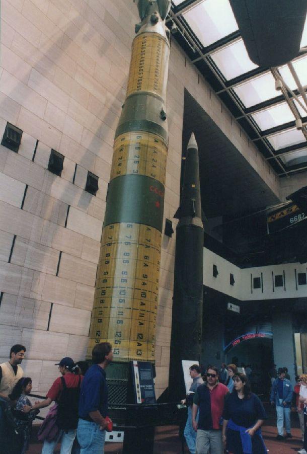 写真・図版 : INF全廃を記念してワシントンのスミソニアン航空宇宙博物館に展示された旧ソ連のSS20(左)と米国のパーシング2=2010年、朝日新聞