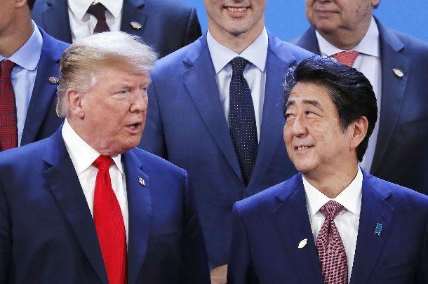 写真・図版 : 2018年11月、G20サミットの会場で記念撮影に臨むトランプ大統領と安倍首相=ブエノスアイレス、代表撮影
