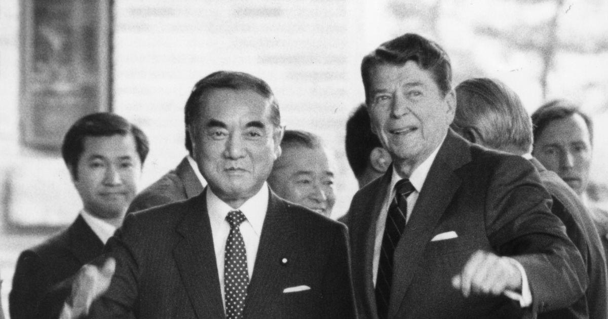 写真・図版 : 1986年5月、日米首脳会談で首相官邸を訪れたレーガン大統領を出迎える中曽根首相=朝日新聞
