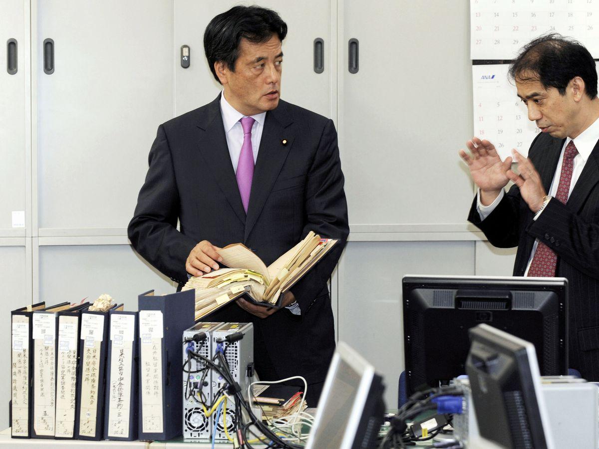 写真・図版 : 民主党政権当時の2009年9月、日米密約調査の状況について外務省幹部に聞く岡田克也外相(左)=外務省。代表撮影