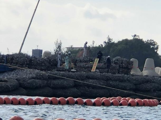 写真・図版 : K5護岸上の職員たち。何やら撮影をしていた=撮影・筆者
