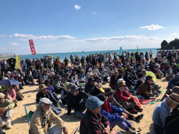 写真・図版 : 辺野古の浜での抗議集会=撮影・筆者