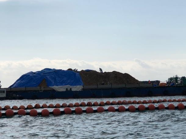 辺野古の海上から台船をみる 土砂のブルーシートを撤去