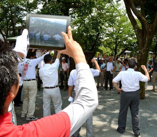 ネット選挙が解禁された2013年の参院選 街頭演説の様子をiPad(アイパッド)で撮影する陣営スタッフ=2013年7月15日、熊本市