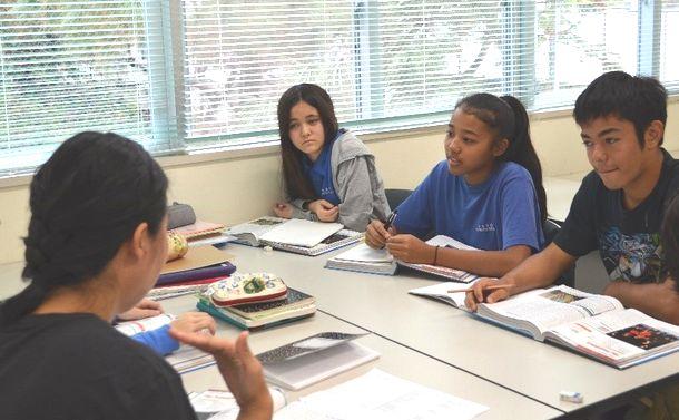 写真・図版 : 中学生の公民の授業=沖縄県宜野湾市のアメラジアンスクール・イン・オキナワ