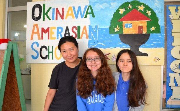 写真・図版 : 右から、ケイリーさん、ノエルさん、小嶺さん=沖縄県宜野湾市のアメラジアンスクール・イン・オキナワ