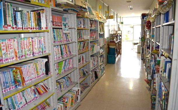 写真・図版 : 公共施設を借りたスクールの廊下は、図書館代わりだ=沖縄県宜野湾市のアメラジアンスクール・イン・オキナワ