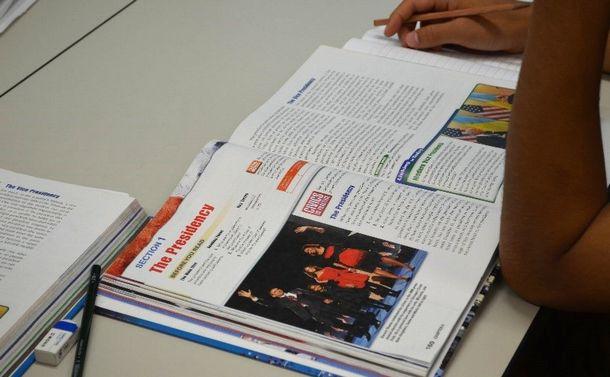 写真・図版 : 授業はアメリカの教科書を使って行われる=沖縄県宜野湾市のアメラジアンスクール・イン・オキナワ