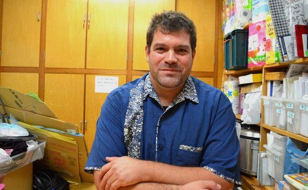 写真・図版 : 校長のウィリアムス・トランパスさん=沖縄県宜野湾市のアメラジアンスクール・イン・オキナワ