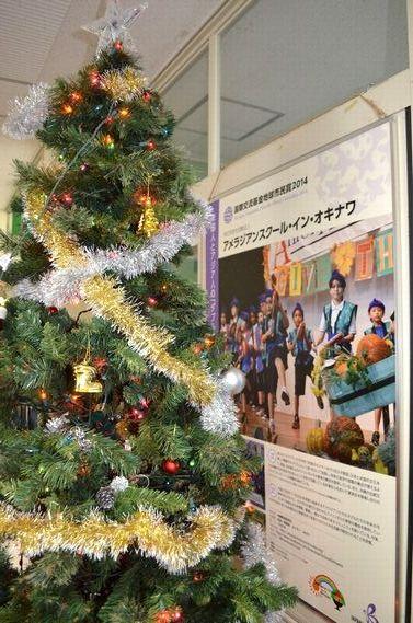 写真・図版 : 教室前に置かれたクリスマスツリー。米国の教育をベースにしているが、日本文化や社会科も必須で教えている=沖縄県宜野湾市のアメラジアンスクール・イン・オキナワ