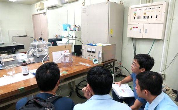 写真・図版 : 長岡技術科学大学で研究室を見学するベトナム人学生たち=同大学のHPより