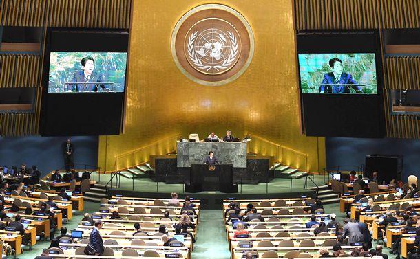 写真・図版 : 米ニューヨークの国連総会で一般討論演説を行う安倍晋三首相=2017年9月20日