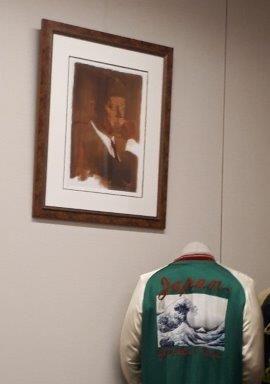 写真・図版 : 尊敬する人物は、暗殺された米国の大統領、ジョン・F・ケネディ。国会議員会館の小泉さんの部屋には、ケネディの肖像画が飾ってある=伊藤裕香子撮影