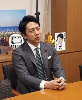 写真・図版 : 緑と白の斜めストライプのネクタイは、「厚生労働部会がチームとして取り組んでいる象徴」と言う=伊藤裕香子撮影