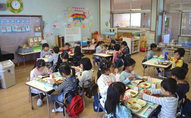 写真・図版 : 外国人が多く暮らす茨城県つくば市の桜南幼稚園の給食の様子