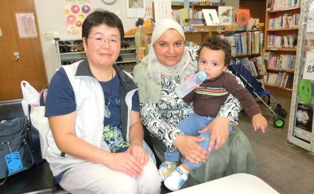 写真・図版 : 投稿を送ってくれた福岡由佳さんと、子どもが同じ幼稚園に通うウェスラティ・カウラさん
