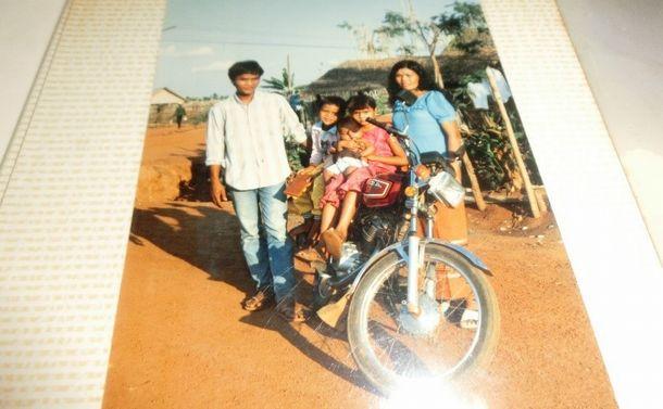 写真・図版 : 松橋さん家族がタイ国境の難民キャンプで過ごしていたころ=松橋さん提供