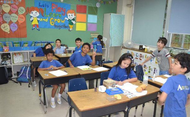 写真・図版 : アメラジアンスクール・イン・オキナワの小学生のクラス=沖縄県宜野湾市