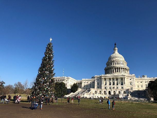 写真・図版 : シャットダウンでも観光客でにぎわう米議会前=2018年12月26日、ワシントンDC。山本章子撮影