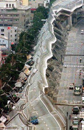写真・図版 : 阪神大震災で倒壊した阪神高速道路=1995年1月