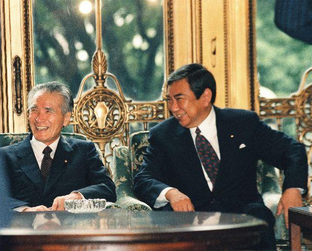 写真・図版 : 閣議の前に談笑する村山富市首相(社会党委員長)と河野洋平副総理兼外相(自民党総裁)=1994年10月4日、国会