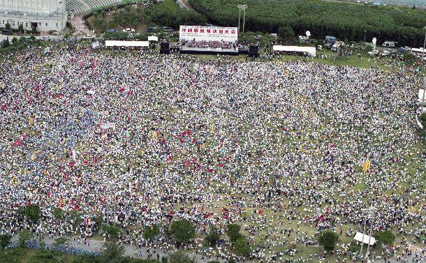写真・図版 : 米兵の少女暴行事件に抗議する沖縄県民総決起大会の会場を埋めた参加者=1995年10月21日、沖縄県宜野湾市、本社ヘリから