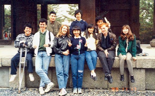 写真・図版 : 筆者(左端)の留学時代の語学コースの同級生たち。韓国、中国、台湾、アメリカ、フランス、イギリス、ブラジル、キプロスなどの国籍を持った友人たち=1989年秋の京都、筆者提供
