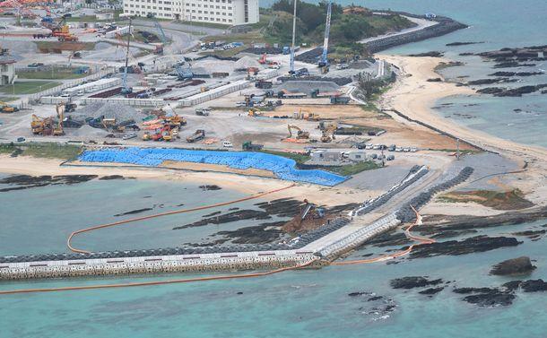 写真・図版 : 米軍キャンプ・シュワブの護岸に囲まれた海域に土砂投入が始まった=2018年12月14日、沖縄県名護市