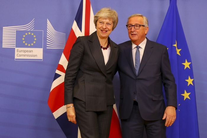 写真・図版 : 昨年11月、ブリュッセルでユンカー欧州委員長(右)とカメラの前に立つメイ首相(英官邸のflickrから)
